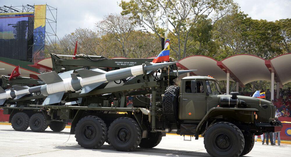 Veículo militar venezuelano carregando mísseis (foto de arquivo)