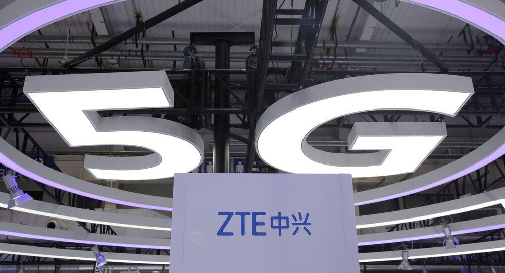 Logotipo da ZTE, uma escolha popular entre os investidores de varejo da Coreia do Sul, e um sinal de 5G na Exposição Mundial 5G em Pequim, China, 22 de novembro de 2019