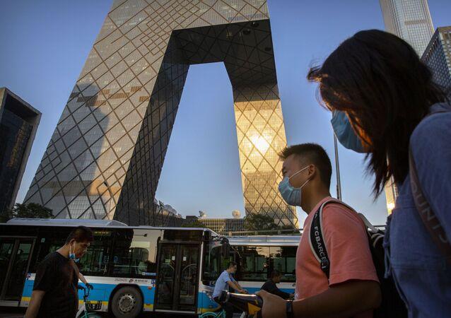 Pessoas usam máscaras na cidade de Pequim, na China.