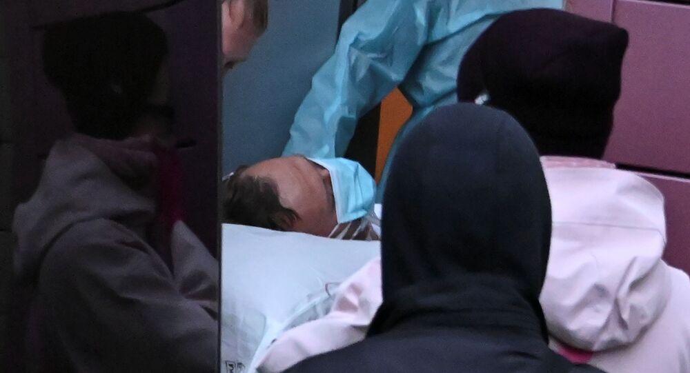 Profissionais de saúde de Omsk levam Aleksei Navalny para ambulância antes de transporte aéreo para Alemanha