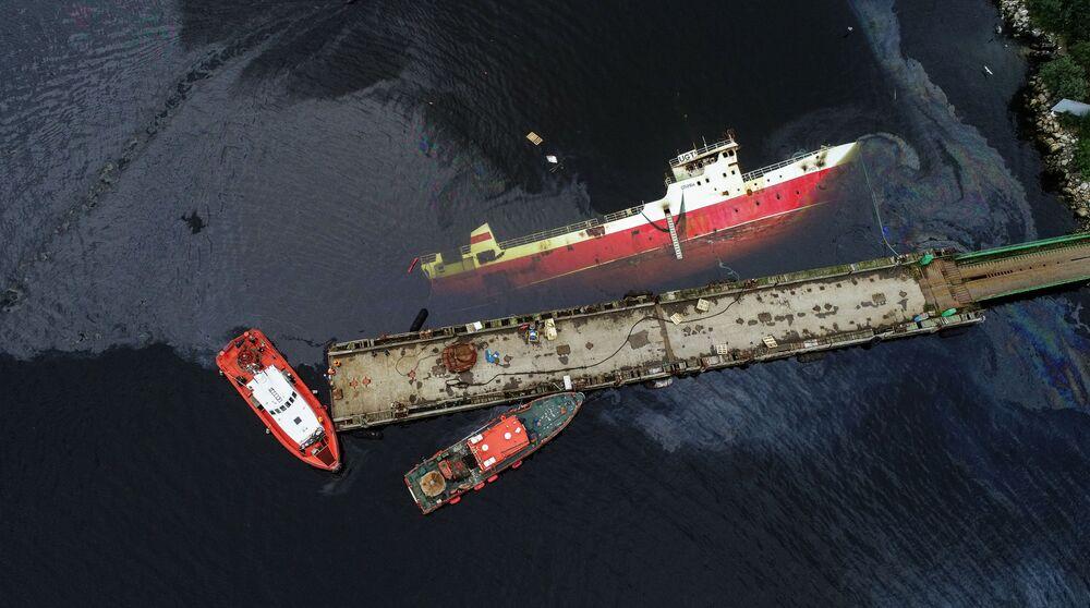 Eliminação das consequências do derrame de petróleo do navio Sayda afundado após incêndio na região de Murmansk, Rússia