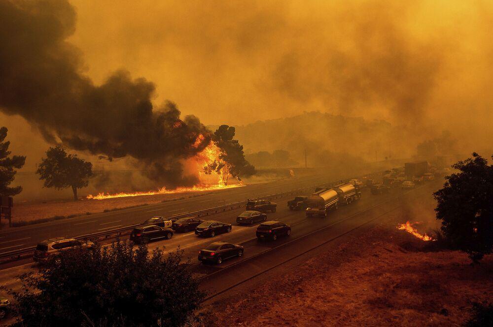 Incêndios florestais ao longo da rodovia 80 em Vacaville, Califórnia