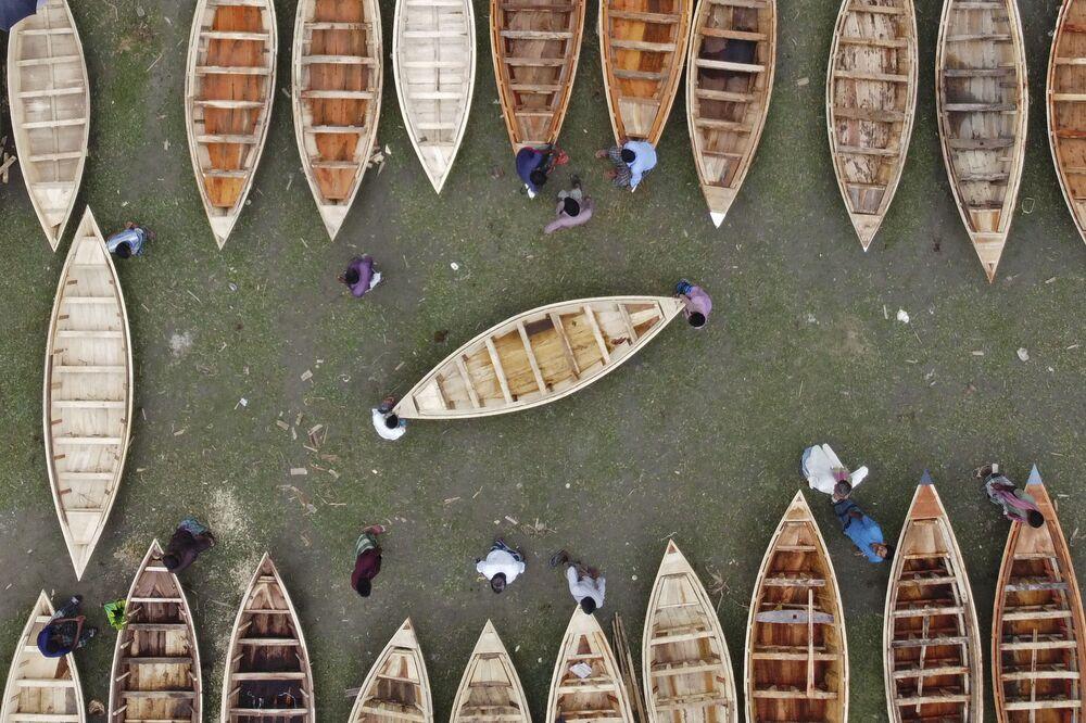 Vista aérea de um mercado tradicional de barcos de madeira no Bangladesh