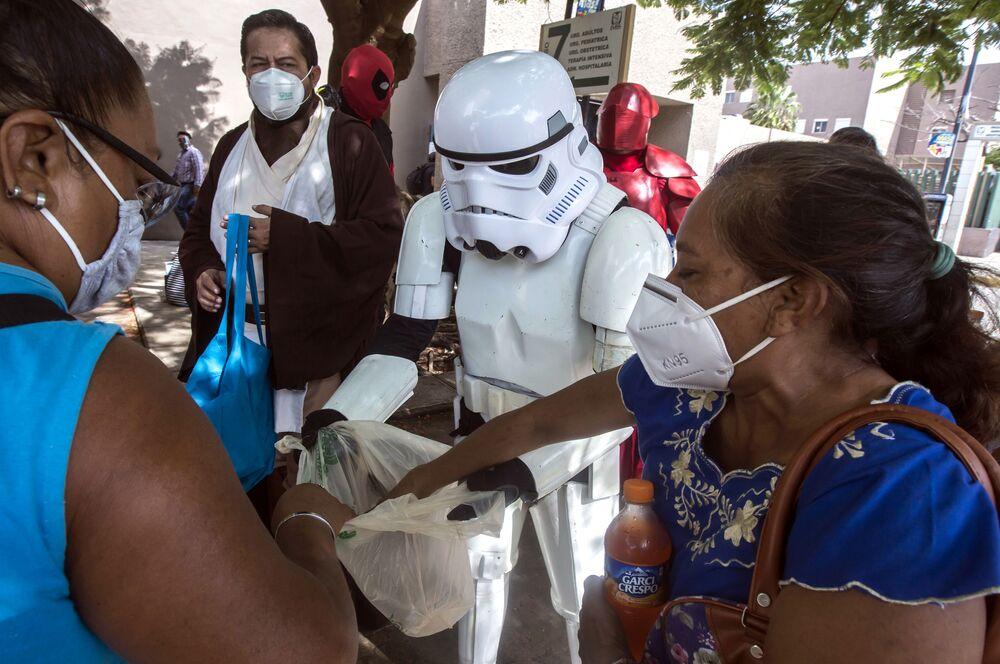 Membros do clube de fãs de Guerra nas Estrelas entregam comida e refrigerantes para familiares de pacientes hospitalizados em Mérida, México