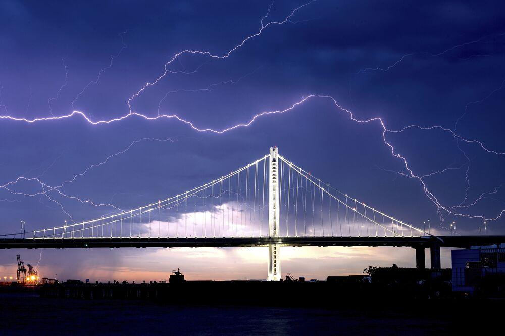 Relâmpago sobre a ponte Bay Brigde que liga as cidades de São Francisco e Oakland, Califórnia