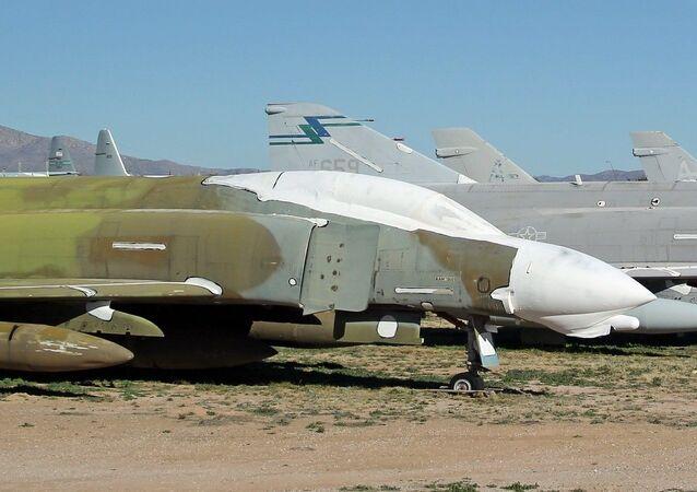 Avião de combate McDonell Douglas F-4 Phantom II em cemitério de aviões