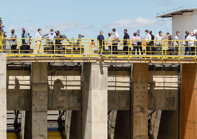 Em Penaforte, estado do Ceará, o presidente do Brasil, Jair Bolsonaro, acompanha o ministro do Desenvolvimento Regional, Rogério Marinho, durante evento de aberturas das comportas da Barragem de Milagres, em 26 de junho de 2020.
