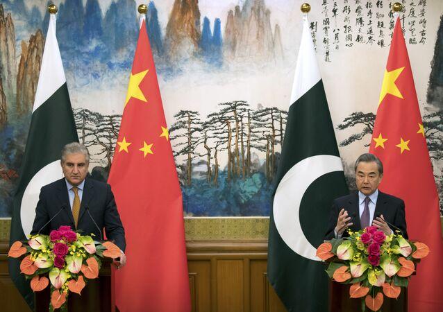 Em Pequim, o ministro das Relações Exteriores da China, Wang Yi (à direita), fala ao lado do chanceler paquistanês, Shah Mahmood Qureshi, durante coletiva de imprensa em 19 de março de 2019.