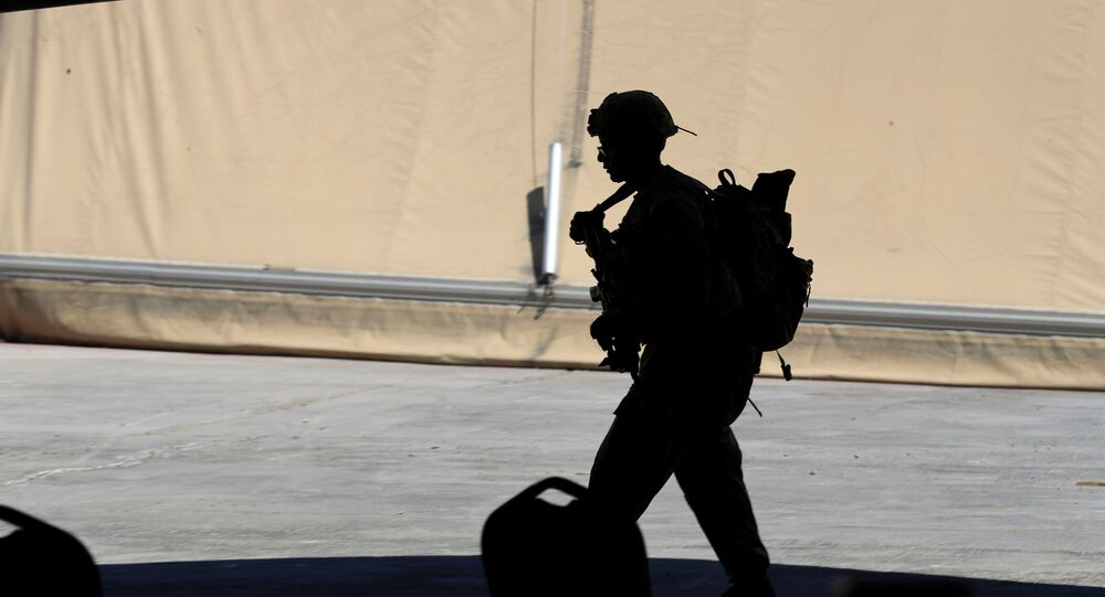 Soldado dos EUA durante a cerimônia de transferência da base militar de Taji das tropas da coalizão liderada pelos EUA para as forças de segurança iraquianas, a norte de Bagdá, Iraque, 23 de agosto de 2020