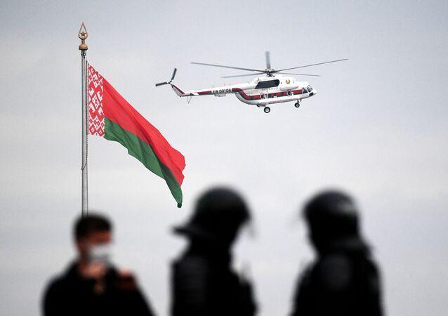 Helicóptero com o presidente Lukashenko voa sobre Minsk