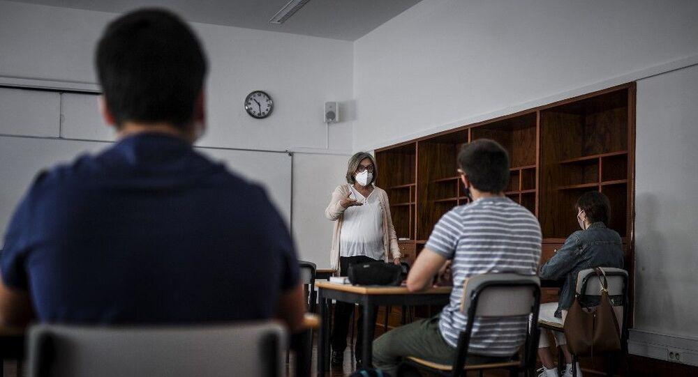 Professora dá aula para alunos do ensino médio em escola de Lisboa, em maio de 2020