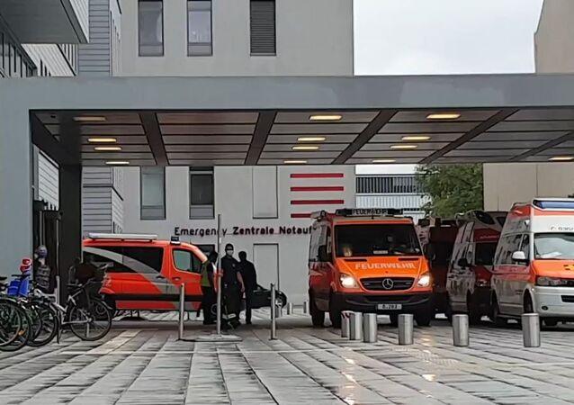 Ambulâncias à entrada da clínica Charité em Berlim, aonde foi transportado Aleksei Navalny