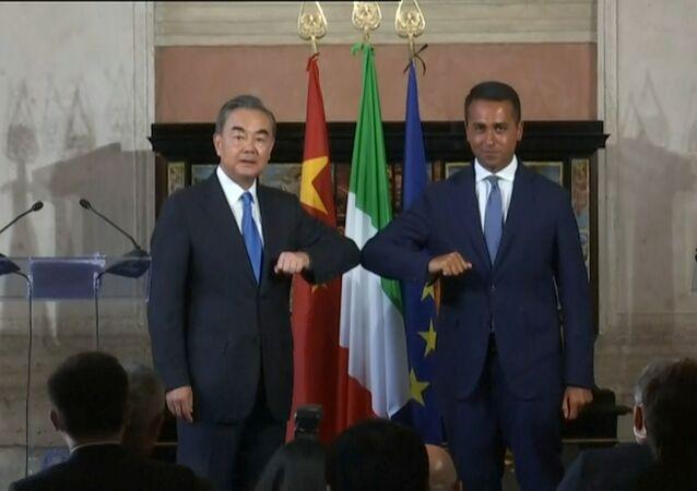 Em Roma, o chanceler da China, Wang Yi (à esquerda), cumprimenta o ministro das Relações Exteriores da Itália, Luigi Di Maio (à direita), após encontro diplomático para a assinatura de acordos, em 25 de agosto de 2020.
