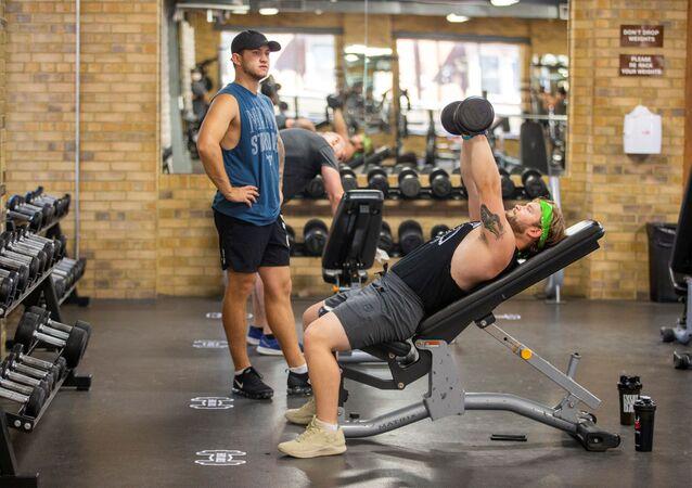 Jovens malham em uma academia de Toronto, no Canadá