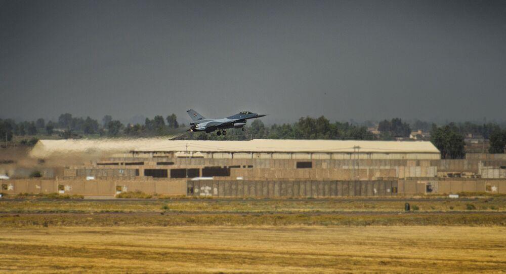 Caça F-16 decola da base de Balad da Força Aérea do Iraque