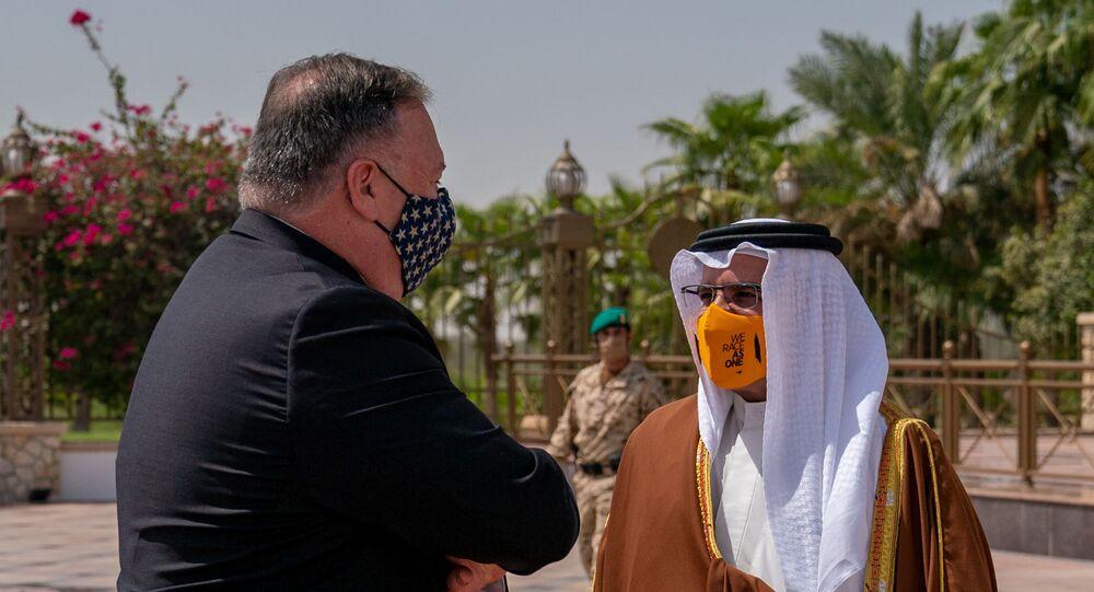 Secretário de Estado norte-americano Mike Pompeo é recebido pelo príncipe Salman bin Hamad Al Khalifa em Manama, no Bahrein