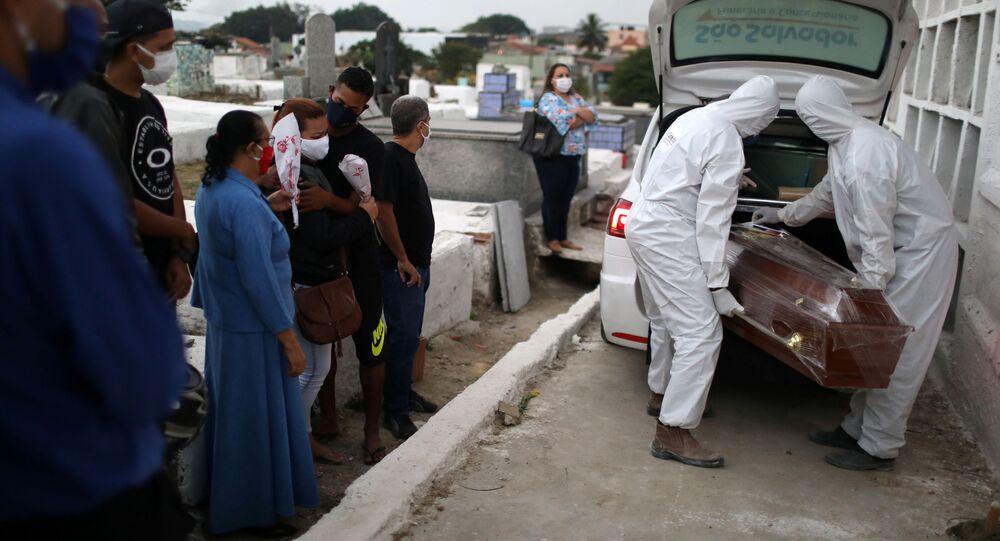 Enterro de homem que morreu por COVID-19 em cemitério de Nova Iguaçu, no Rio de Janeiro