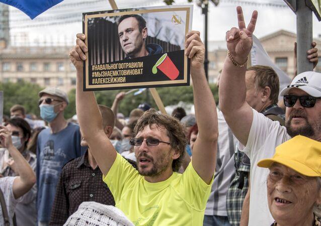 Manifestante segura retrato de Aleksei Navalny durante protesto em Khabarovsk, na Rússia