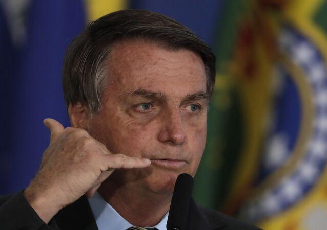 Em Brasília, o presidente do Brasil, Jair Bolsonaro, gesticula durante cerimônia  em 24 de agosto de 2020.