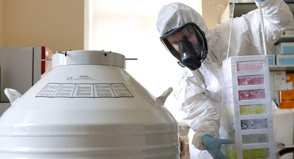 Funcionária do Centro Nacional de Pesquisa de Epidemiologia e Microbiologia Gamaleya russo em laboratório