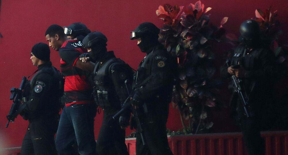 Suspeito de manter família como refém próximo ao Complexo de São Carlos, no Rio, é preso pela polícia