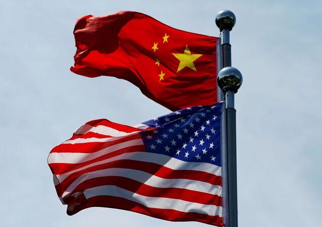 Bandeiras da China e EUA tremulam durante encontro de delegações em Xangai, na China (foto de arquivo)