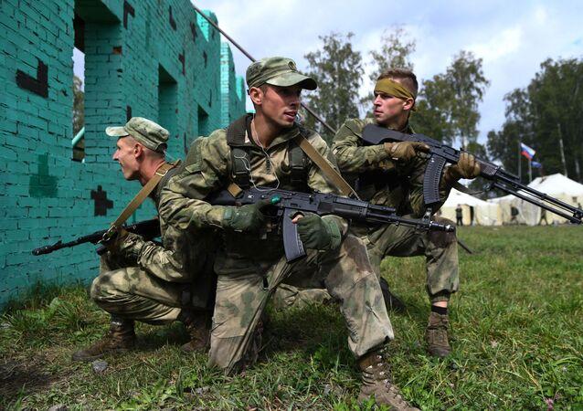 Militares bielorrussos durante a etapa Trilha do Batedor na competição Os Melhores da Inteligência Militar no contexto dos Jogos Internacionais do Exército 2020