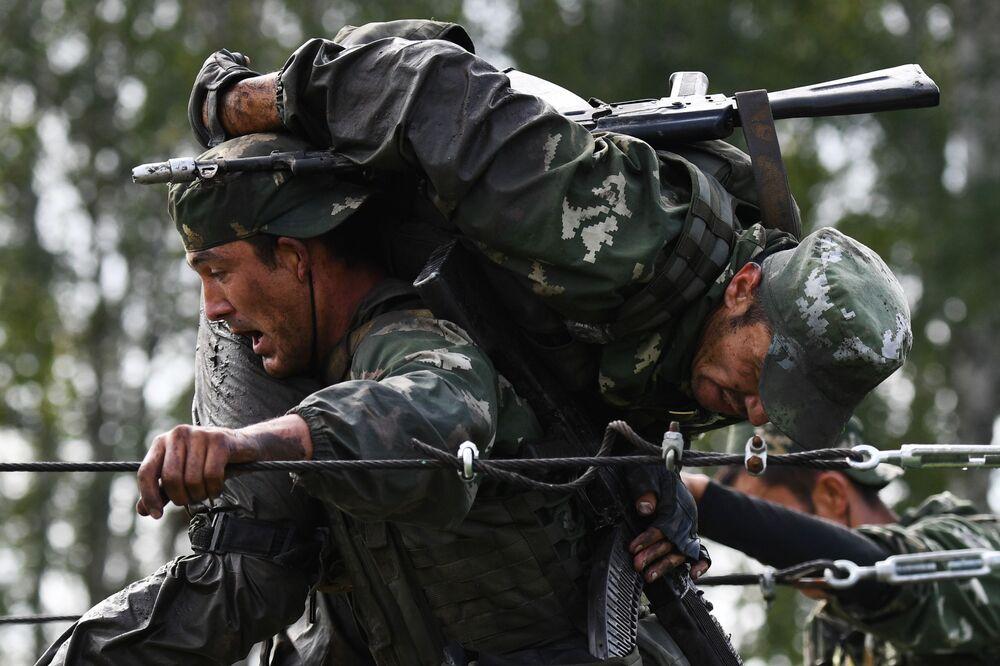 Militar do Uzbequistão carrega colega durante competição dos Jogos Internacionais do Exército 2020