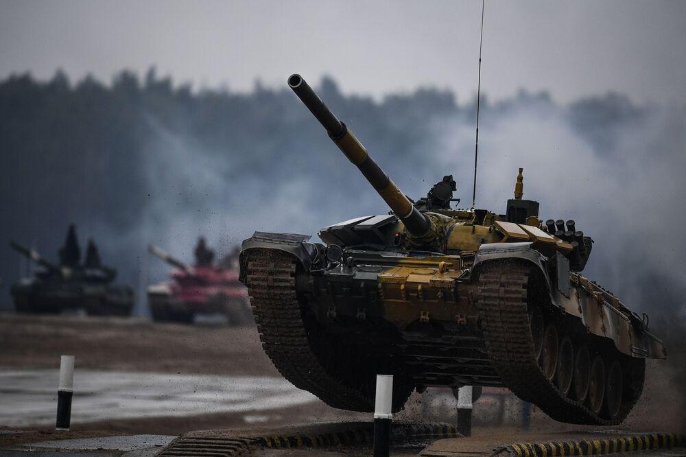 Tanque T-72 do Cazaquistão durante competição de tripulações de tanques no Biatlo de Tanques 2020, no polígono de Alabino, na região de Moscou