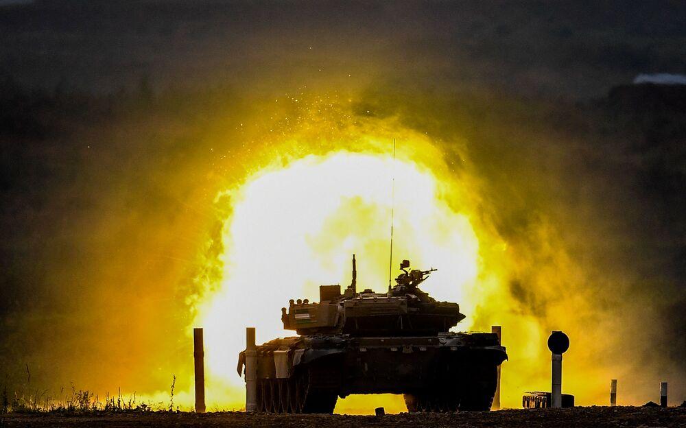 Disparo de canhão de tanque T-72 do Uzbequistão cria clarão durante competição de tanques no polígono de Alabino, região de Moscou