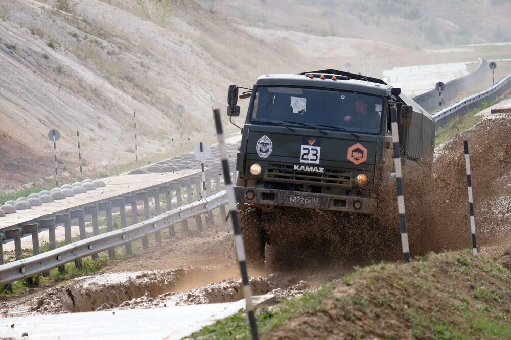 Equipe da Bielorrússia conduz caminhão em caminho lamacento durante os Jogos Internacionais do Exército 2020