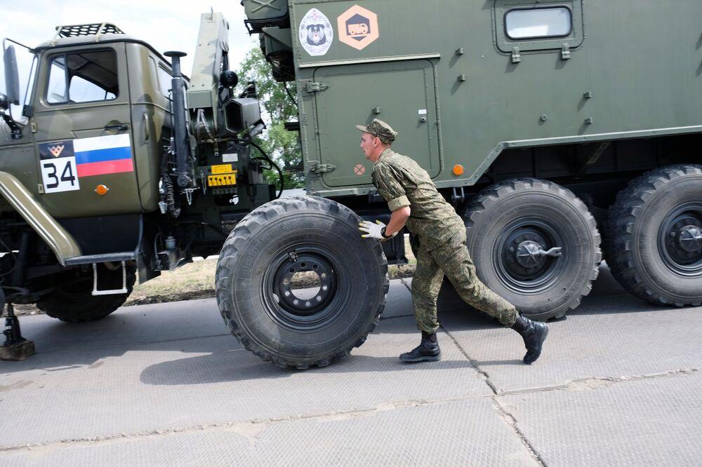 Soldado russo troca pneu de caminhão durante os Jogos Internacionais do Exército 2020