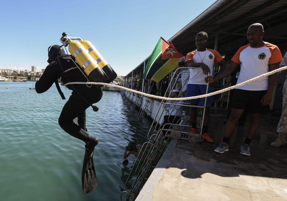 Mergulhador de Moçambique se lança à água durante os Jogos Internacionais do Exército 2020