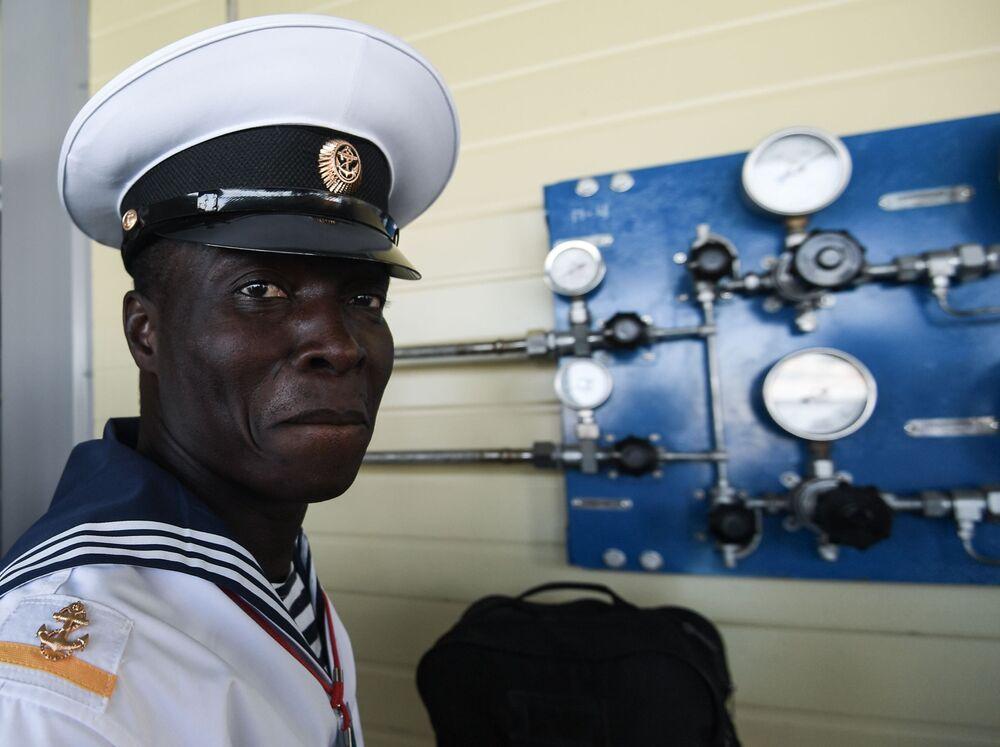 Militar de Moçambique antes do início de competição de mergulhadores no contexto dos Jogos Internacionais do Exército 2020