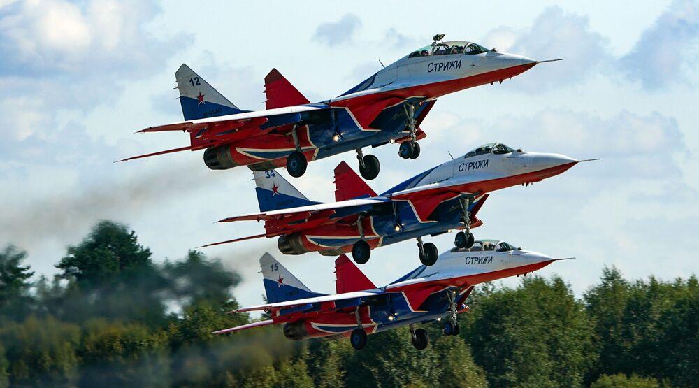 Grupo de acrobacia aérea Strizhi a bordo de caças MiG-29 fazem show no Fórum Internacional Técnico-Militar EXÉRCITO 2020