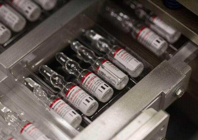 Frascos com a vacina Gam-COVID-Vac contra o novo coronavírus, desenvolvida pelo Centro Nacional de Pesquisa de Epidemiologia e Microbiologia Gamaleya e pelo Fundo Russo de Investimento Direto, durante sua produção na empresa farmacêutica Sistema em Zelenogrado, perto de Moscou, Rússia, 7 de agosto de 2020