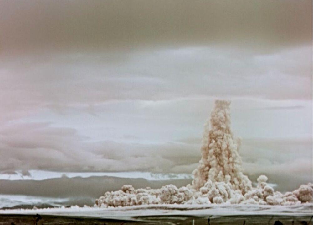 Nuvem de fumaça e poeira sobe ao céu após a Tsar Bomba explodir em teste na União Soviética em 1961