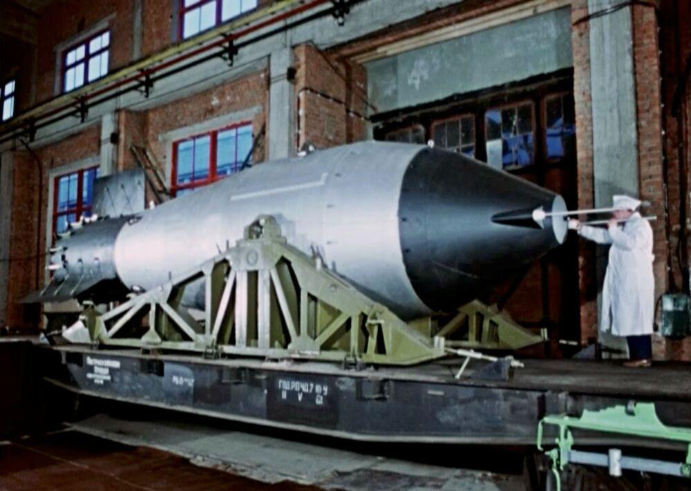 Engenheiro trabalhando com a Tsar Bomba em lugar desconhecido na URSS