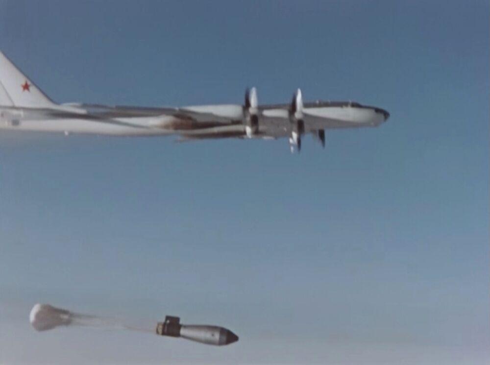 Lançamento da bomba termonuclear Tsar Bomba durante seu teste na União Soviética