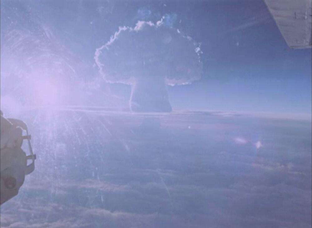 Cogumelo característico de explosões atômicas durante o teste da Tsar Bomba
