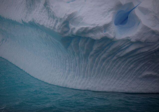 Iceberg flutua perto do canal Lemaire, Antártica, 5 de fevereiro de 2020