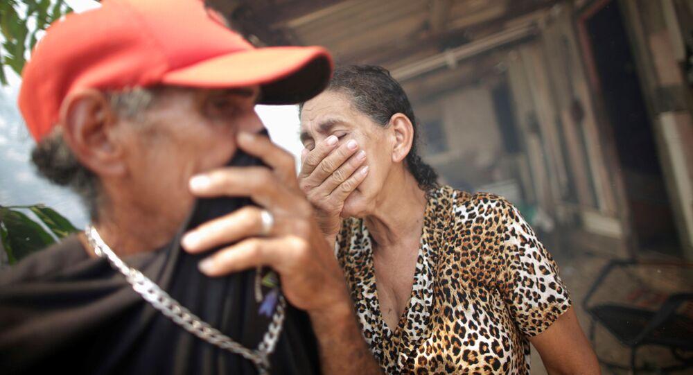 Os irmãos Rosalino de Oliveira e Miraceli de Oliveira tentam se proteger da fumaça gerada pelas queimadas na floresta Amazônica.