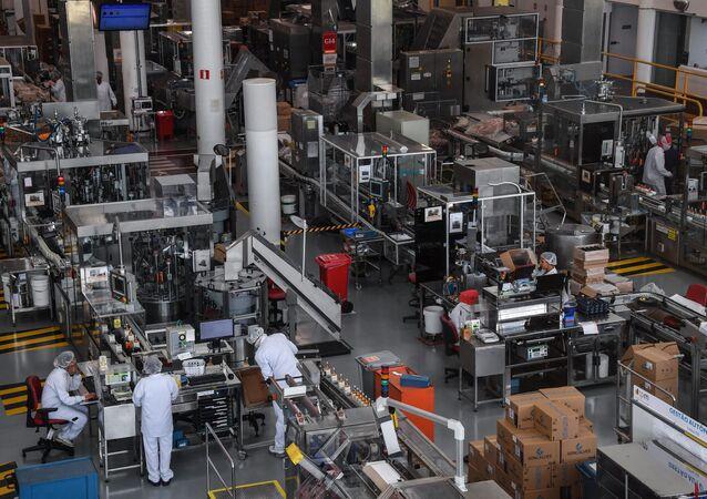 Funcionários na linha de produção na fábrica Natura, Cajamar, Brasil, 26 de agosto de 2019