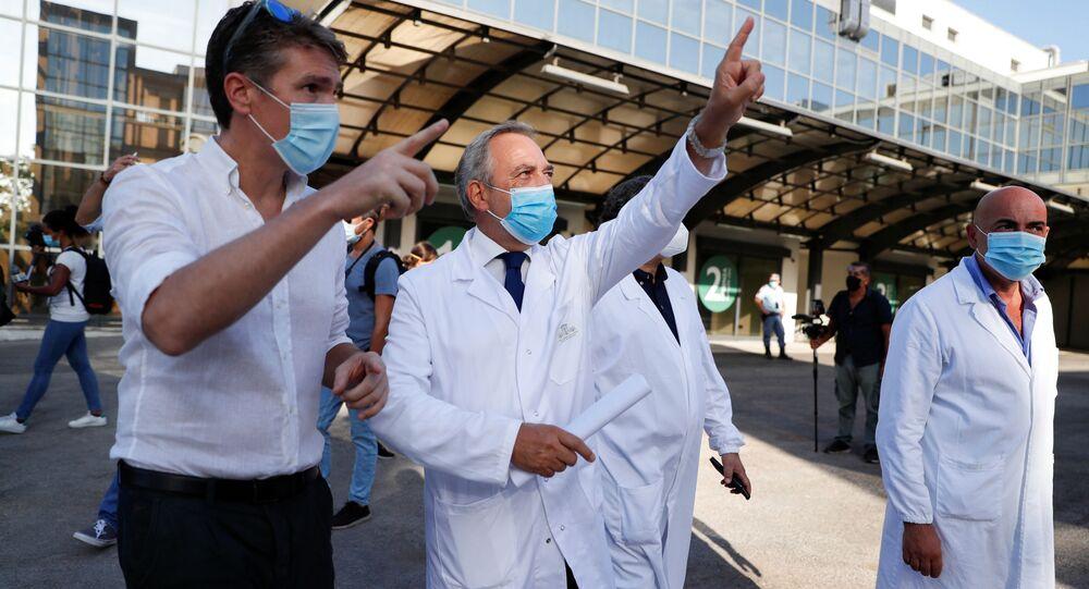 Francesco Vaia, diretor médico do Hospital Lazzaro Spallanzani, gesticula no dia dos primeiros testes em humanos de uma vacina contra o novo coronavírus desenvolvida na Itália, com doses administradas a 90 voluntários durante 7 meses, em Roma, Itália, 24 de agosto de 2020