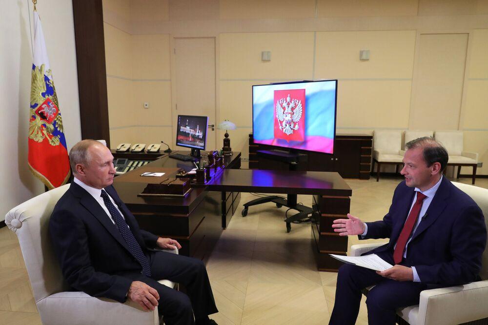 Presidente russo, Vladimir Putin, durante uma grande entrevista com o jornalista Sergei Brilev da rede de televisão russa VGTRK