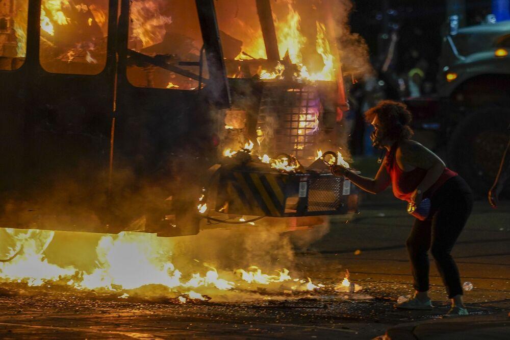 Carro em chamas durante protestos no distrito de Kenosha, onde foi baleado pela polícia o homem afro-americano Jacob Blake