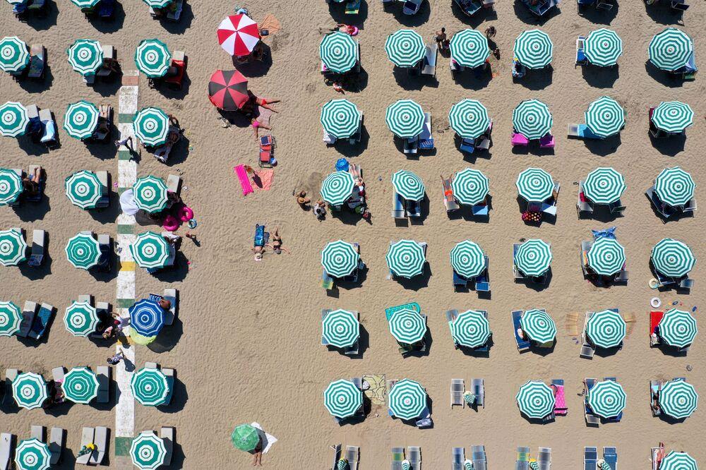 Vista aérea de para-sóis em uma praia na Albânia