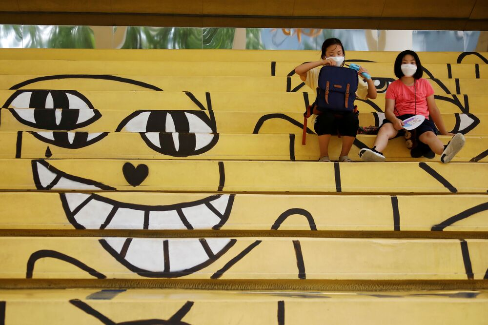 Estudantes sul-coreanas usando máscaras protetoras