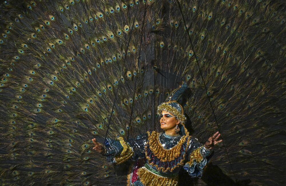 Dançarina durante atuação no festival Esala Perahera em Colombo, no Sri Lanka