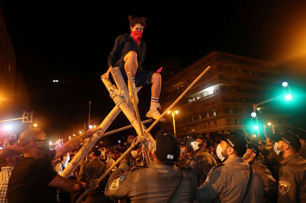 Manifestantes perto da residência do presidente em Jerusalém